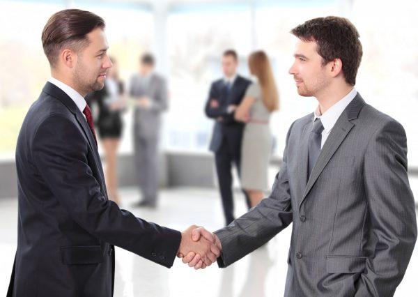Мужчины пожимают друг другу руки
