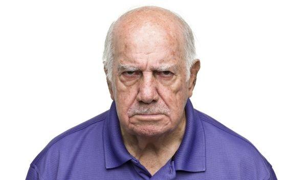 Недовольный пожилой мужчина