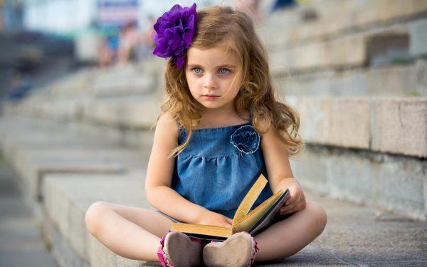 Маленькая девочка в синем платье