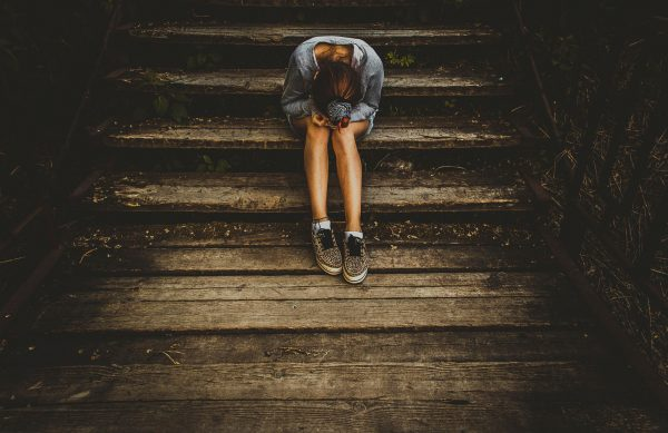 Одинокая девушка на лестнице
