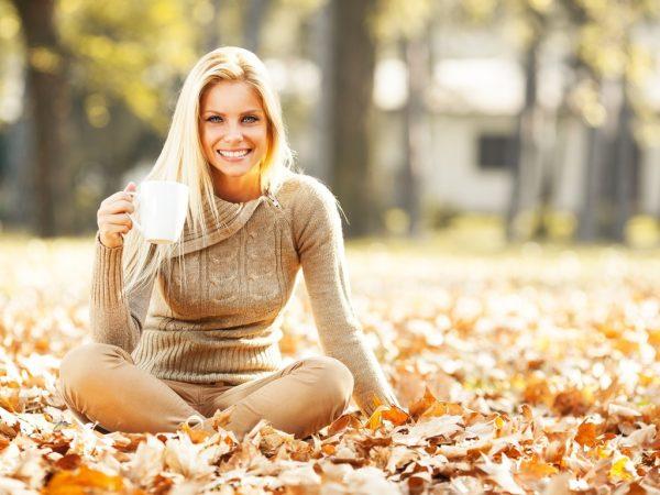 Осенняя женщина в опавших листьях