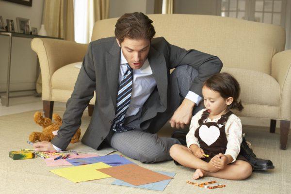 Отец с дочерью сидят на полу