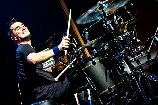 Парень играет на барабанах