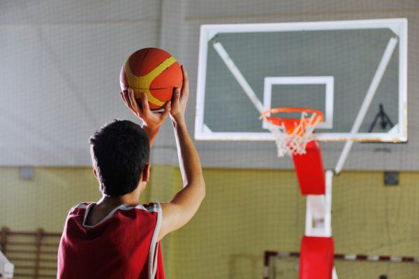 Парень с баскетбольным мячом