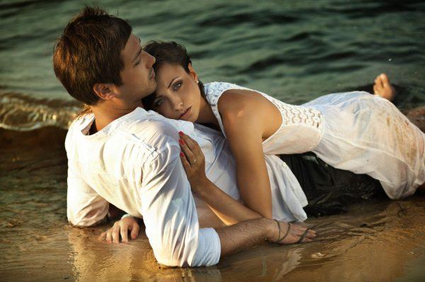 Парень с девушкой на берегу моря