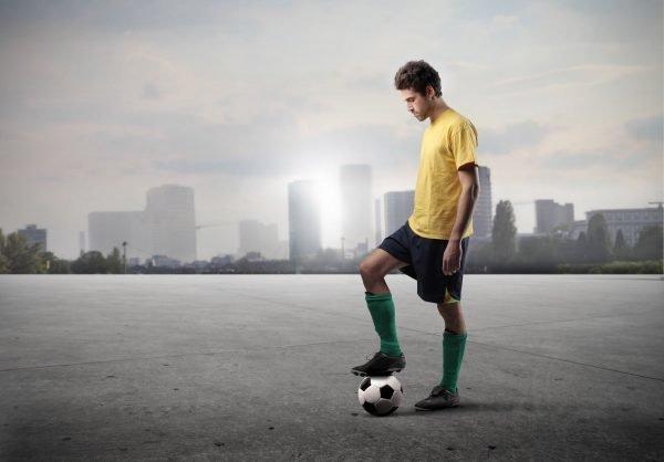 Парень с футбольным мячом