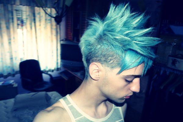 Парень с голубыми волосами