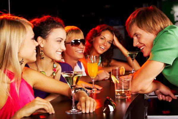 Парень в клубе с девушками