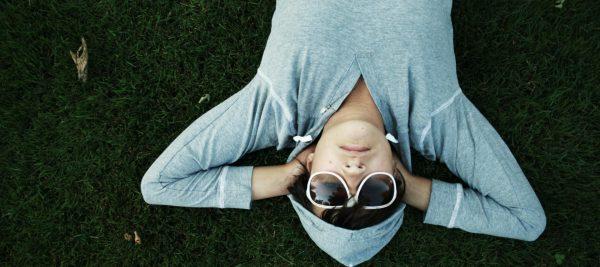 Парень в очках на зелёной траве