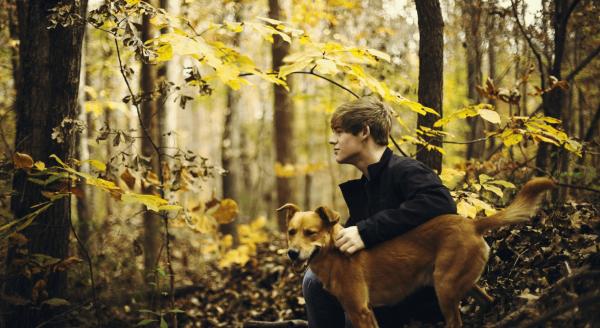 Парень в осеннем лесу