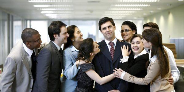 Подчинённые обнимают начальника