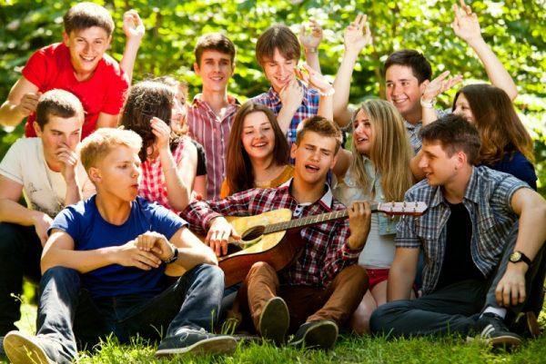 Подростки на природе, песни под гитару