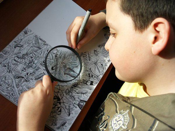Подросток рисует