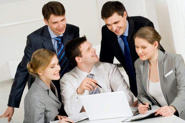 Рабочий коллектив с мужчиной в центре