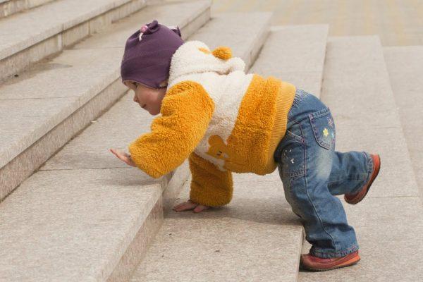 Ребёнок пытается убежать