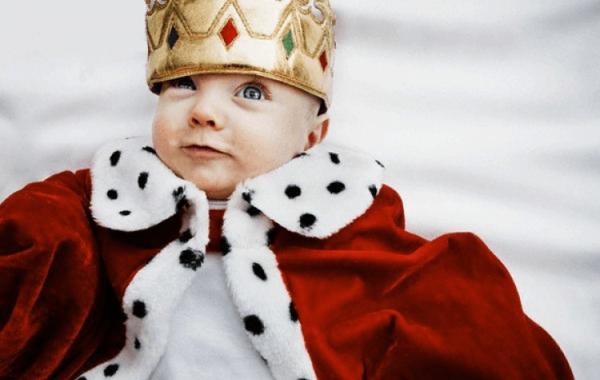 Ребёнок в короне и королевской мантии