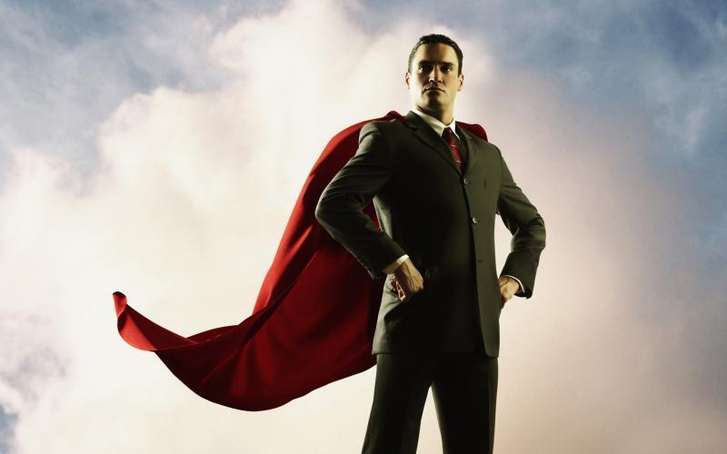 Решительный мужчина в красном плаще