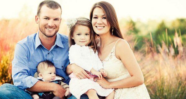 Счастливая семья на лугу