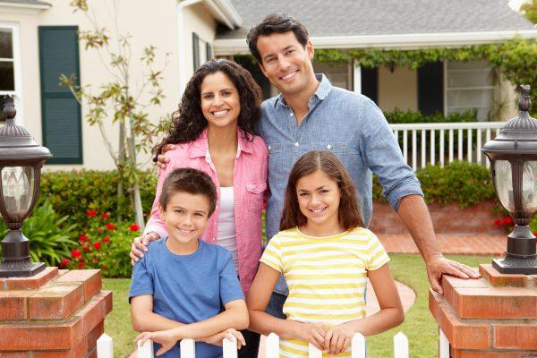Семья на пороге дома