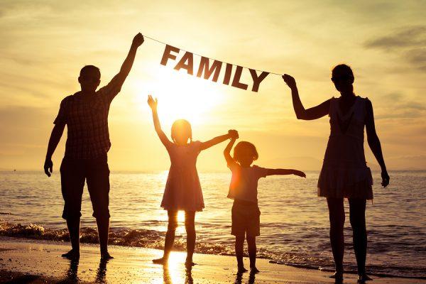 Семья у моря на фоне заката