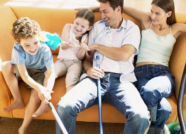 Семья за уборкой дома