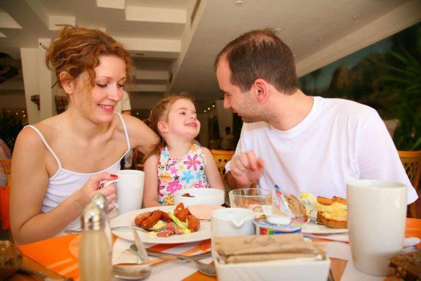 Семья ужинает в кафе