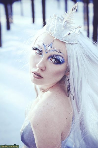 Девушка в образе Снежной Королевы