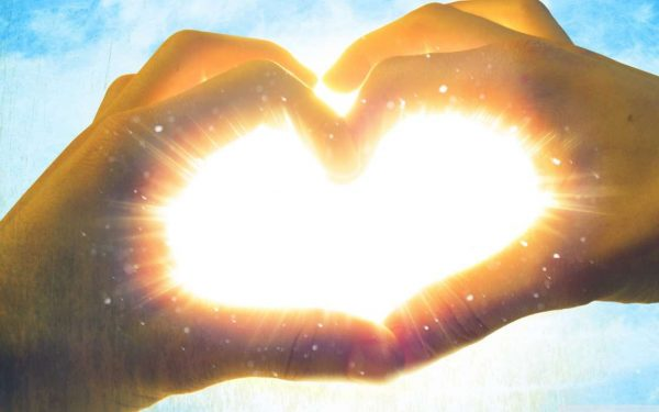 Сердце из рук напротив солнца