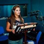 Теона Дольникова в звукозаписывающей студии