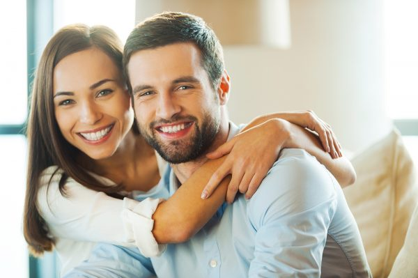 Улыбающиеся мужчина и женщина