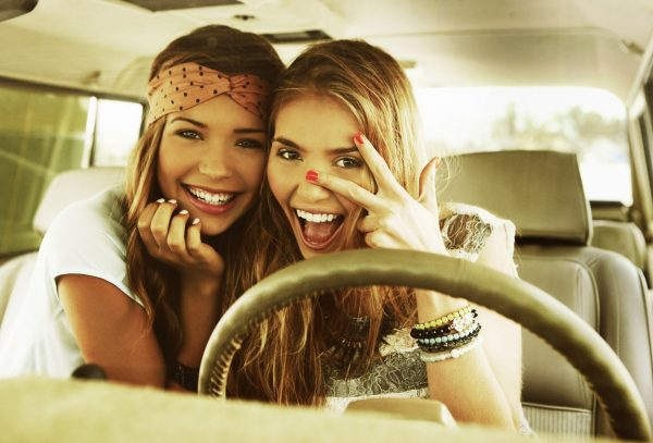 Весёлые девушки в автомобиле