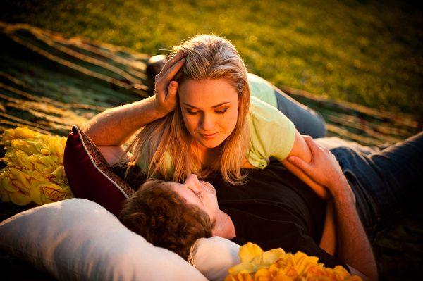 Влюблённые обнимаются