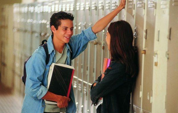 Юноша и девушка общаются