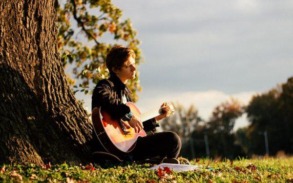 Юноша играет на гитаре