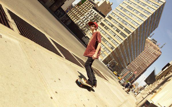 Юноша на скейте
