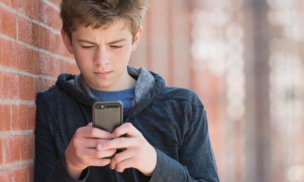 Юноша с телефоном