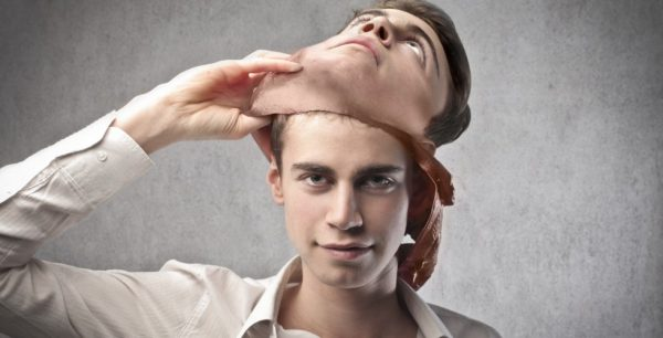 Юноша снимает маску