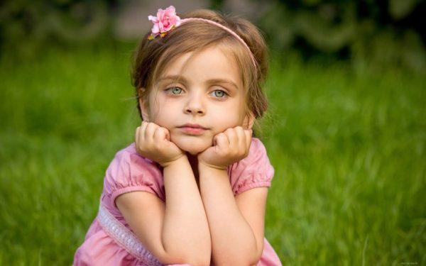 Задумчивая девочка на лугу