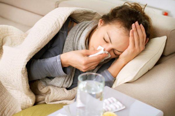 Девушка болеет в постели