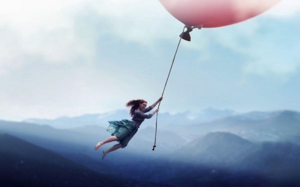 Девушка на воздушном шарике