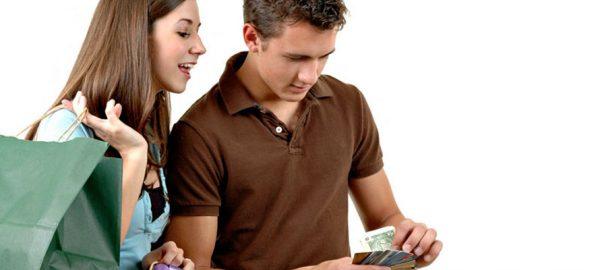 Женщина смотрит как мужчина считает деньги