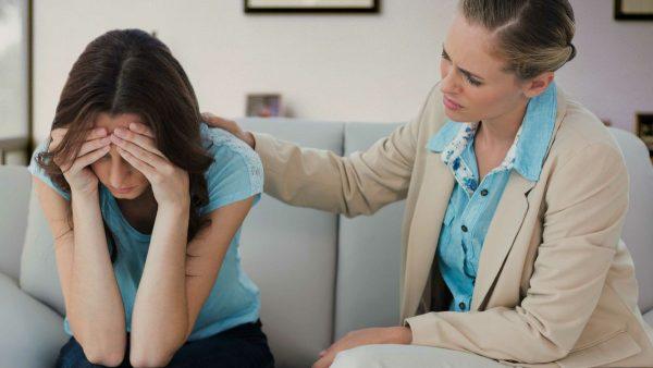 Женщина утешает подругу