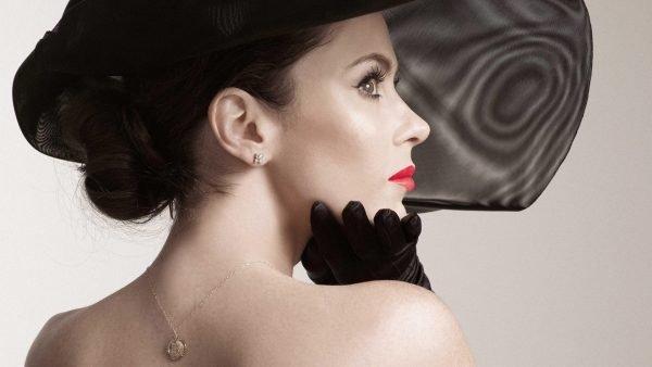 Женщина в шляпе в профиль