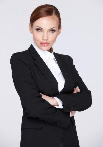 Женщина в строгом костюме