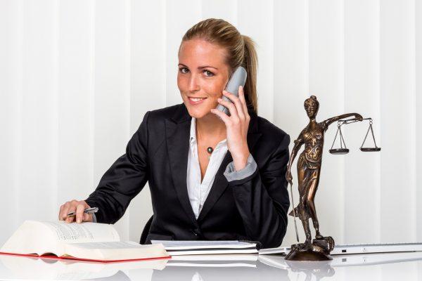 Женщина-юрист