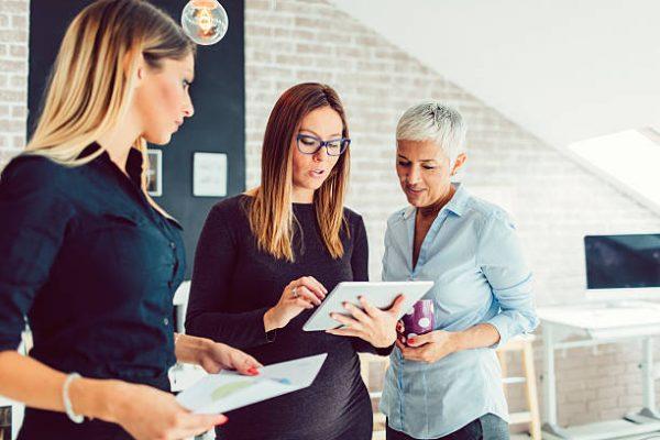 Женщины обсуждают бизнес-идеи