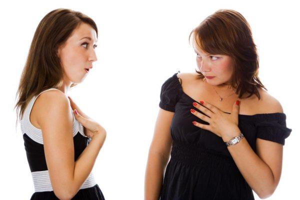 Женщины спорят друг с другом