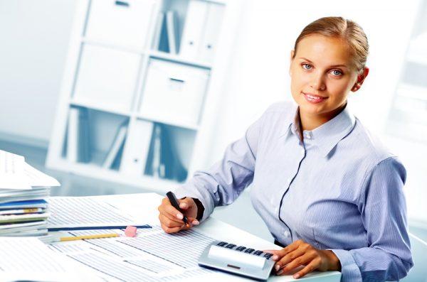 Женщина с калькулятором сверяет документы