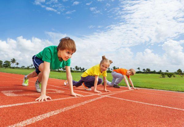 Дети готовятся к бегу на скорость