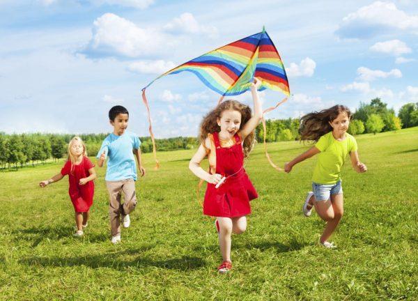 Дети играют со воздушным змеем